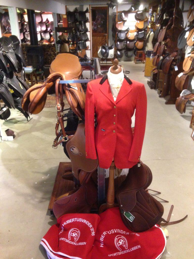 Smukke røde dækkener sponseret af INGDAM'S venter på Hubertus-vinderne (hest og pony).