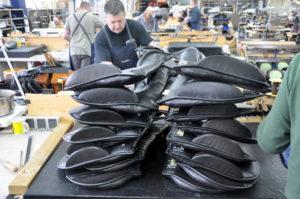Alle dele af en kommende sadel kontrolleres nøje af PASSIER's mastersaddlers på fabrikken i Hannover.